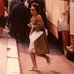 Dupa toate criteriile de styling, femeia este atent imbracata.
