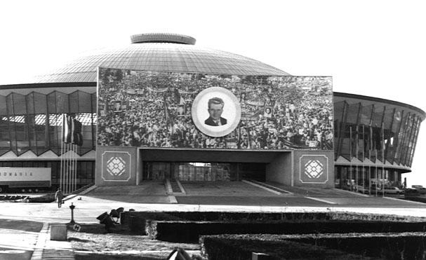 Pavilionul Expozitional tapetat cu propaganda comunista.