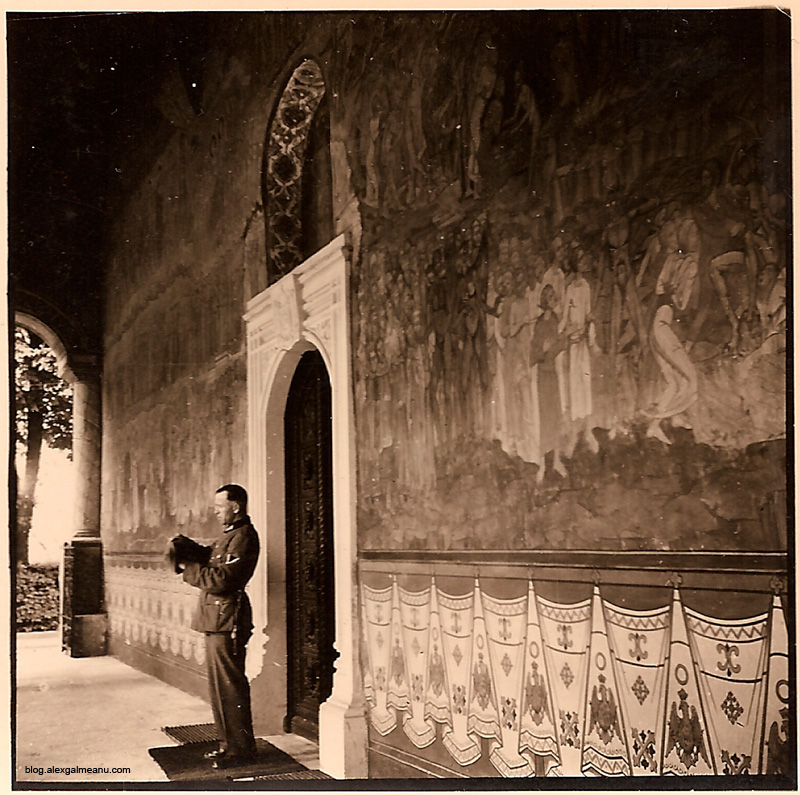 Militarul isi scoate chipiul la intrarea in biserica.