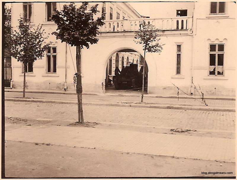 """O cladire cu paza puternica. Fotografia poarta mentiunea """"Palatul Antonescu - mai 1941"""""""