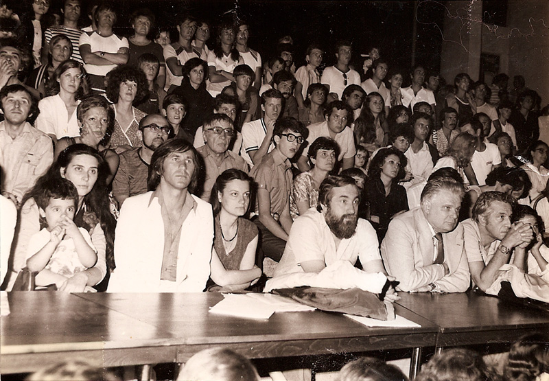 Al doilea, numărând din dreapta, este celebrul regizor de film Sergiu Nicolaescu, al doilea din stânga este actorul George Mihăiţă, iar primul, în bratele brunetei aceleia frumoase, cautând inspiraţia în locuri nebănuite, sunt eu. Teatrul de Vara, Costinesti 1983