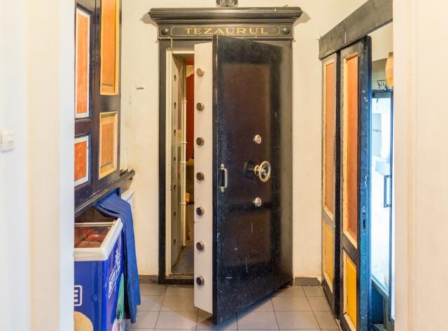 Nefumatorii din Tezaur -  Probabil va suna cunoscut cafeneaua Van Gogh de pe strada Smardan. Ce se stie mai putin e ca aceasta cafenea este amenajata intr-un fost sediu de banca, Banca Romano - Elvetiana, mai exact. Interesant este ca usa de securitate a tezaurului bancii se afla inca la fata locului, la intrarea din subsol catre salonul de nefumatori.