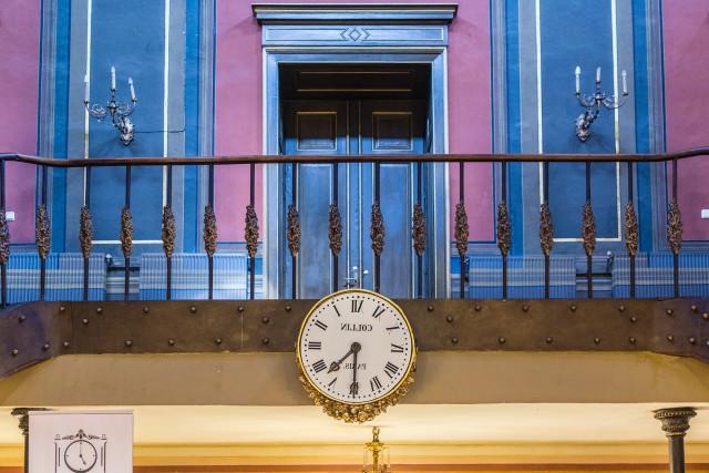 Ceasul din oglinda Palatului Sutu - Holul central al Palatului Sutu, ce adaposteste astazi Muzeul Municipiului Bucuresti, este decorat cu un ceas de perete deosebit. O minune a tehnicii la vremea respectiva, orologiul realizat la Paris, se invarte in sens opus. Intregul mecanism este realizat in asa fel incat ceasul sa poata fi citit, de fapt, in uriasa oglinda din dreptul scarilor monumentale.