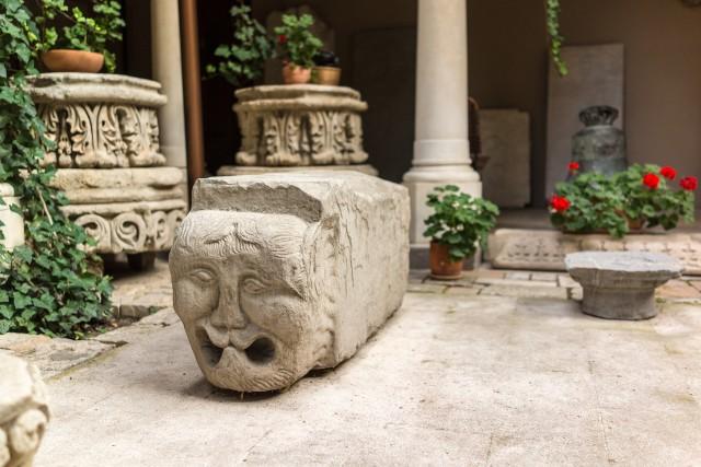 Capetele de Lei din Turnul Coltei - Turnul Coltei a fost unul dintre reperele importante ale Bucurestiului pana la demolarea sa din anul 1888. Localizat in apropierea Palatului Sutu, in fata Bisericii Coltei, a fost o cladire de o importanta deosebita in perioada. Interesant este ca doua dintre consolele cu capete de lei, ornamente ale turnului, exista inca si sunt adapostite de lapidariul Manastirii Stavropoleos, de pe strada cu acelasi nume din centrul vechi al capitalei. Impresionant daca te gandesti ca sunt realizate acum mai bine de 300 de ani.
