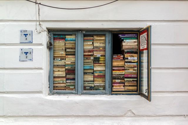 Fereastra cu carti - De cativa ani, un anticar ce isi desfasoara activitatea intr-o cladire de pe strada Batistei, a decis sa transforme una dintre ferestrele amplasate spre strada intr-o adevarata librarie, e interesant de vazut.
