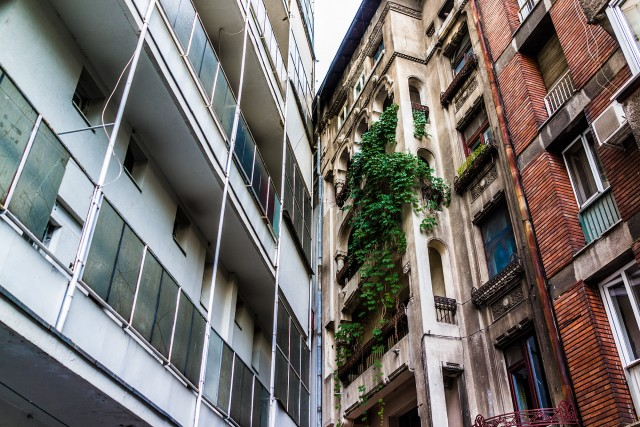 Coliziune intre vechi si nou la Sala Palatului, plus o fatada de bloc aparenta - Intre strada Ion Campineanu si strada Poiana Narciselor, in apropierea Salii Palatului, putem observa una dintre ciudateniile arhitecturale ale Bucurestiului. Doua blocuri, unul construit la ampla sistematizare a zonei din anii '60 si un altul mai vechi, existent deja, se intrepatrund intr-un mixaj ireal. Contactul intre cele doua cladiri este vizibil doar de pe Poiana Narciselor, din Ion Campineanu fiind mascat de o fatada-decor aparenta, construita in armonie cu aliniamentul blocurilor noi. Fatada e de altfel singura de acest tip din oras, in esenta un perete subtire cu ferestre ce imita un bloc de locuinte, avand doar rol estetic.
