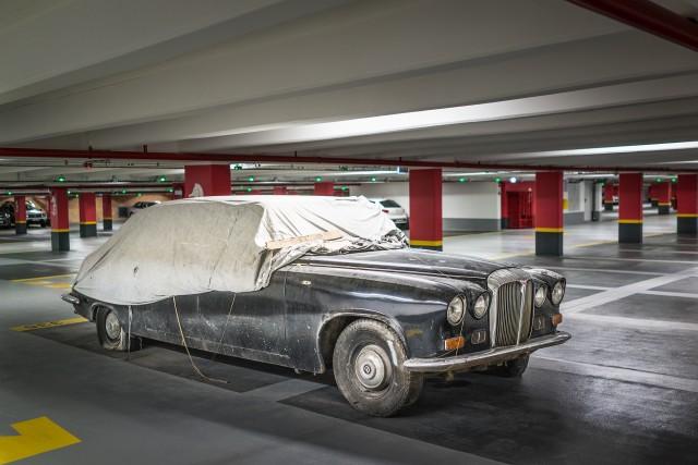Daimler-ul din parcarea TNB - In parcarea subterana a Teatrului Natonal Bucuresti se afla parcat, abandonat de mai bine de 14 ani, un interesant automobil Daimler DS 420, de colectie.  Masina, un vis pentru orice colectionar pasioant, a fost adusa, se pare, de ambasada Marii Britanii pentru vizita Printului Philip din 2001. Abandonul a venit ca o pedeapsa, datorata faptului ca masina nu a vrut sa porneasca atunci cand a fost nevoie de ea.