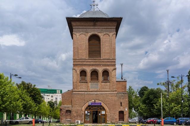 Asasinatul din turnul Mitropoliei -  Turnul clopotnita de pe Dealul Mitropoliei a fost ridicat in anul 1698 de catre Constantin Brancoveanu, ca o a doua intrare spre palatul sau de la baza dealului. Turnul si-a tot schimbat forma, de-a lungul timpului, astazi fiind inaltat si inchis. In anul 1862, intrarea spre cladirea Camerei Deputatilor se facea prin poarta turnului, iar in aceasta poarta, in iunie a acelui an, avea sa se produca una dintre cele mai misterioase crime politice din Romania, asasinatul primului ministru, Barbu Catargiu, caz ramas neelucidat.