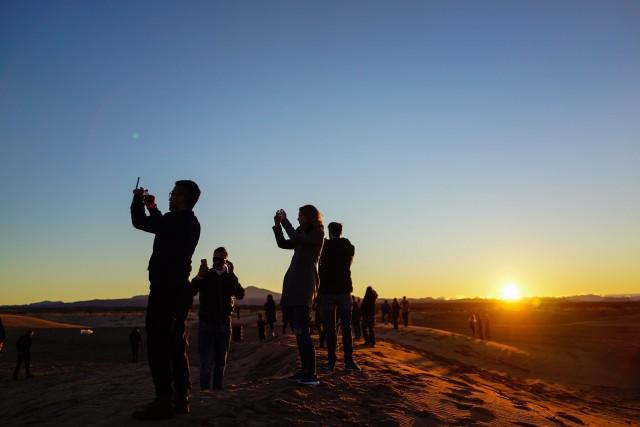 Bloggeri din toata lumea aflatie intr-o sesiune de selfie-uri in desertul Nevada