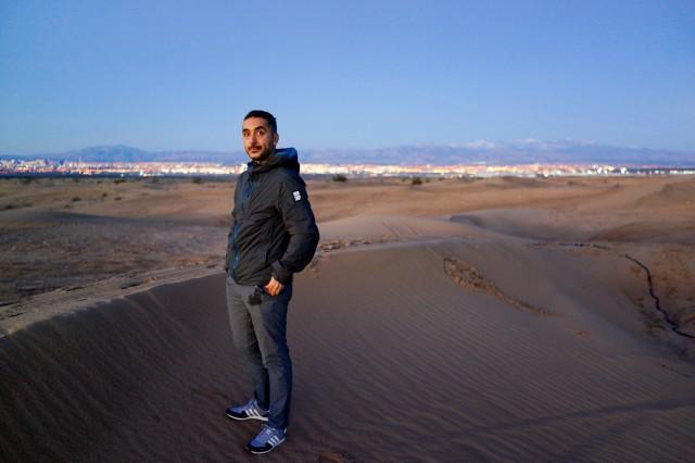 Eu in mijlocul desertului Nevada, cu luminile Las Vegas-ului in spate, asteptand rasaritul de soare.