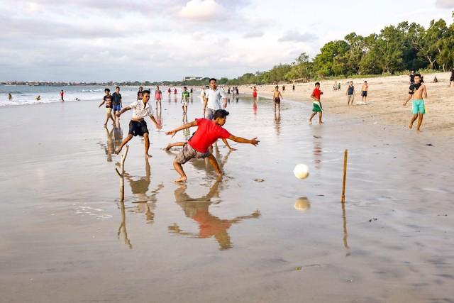 Fotbal pe plaja, in apusul soarelui, Jimbaran, Bali.
